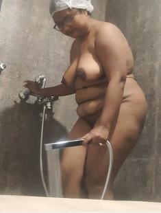Sexy Bhabhi Fingering While Bathing