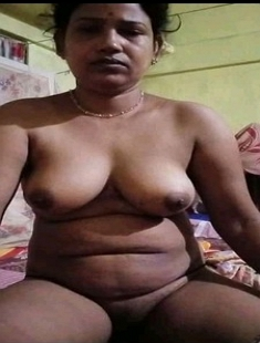 Desi Mature Bhabhi Showing Rubbing Pussy